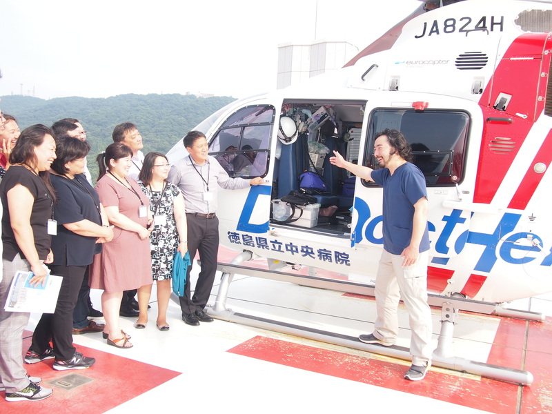 "Dr.Omura explains about the ""doctor helicopter"" to the medical trainees."